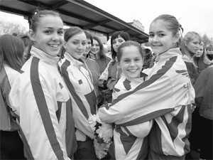 Девушкам из команды черлидерс очень нравится танцевать на новом поле.