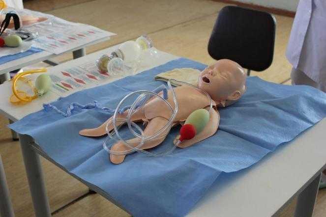 В Копейском роддоме на специальных куклах показали, как спасать жизнь младенцам