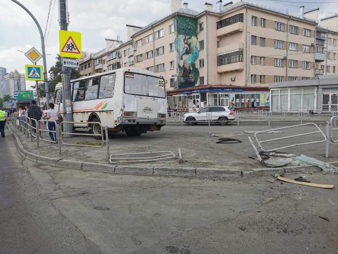 В Челябинске столкнулись маршрутка и грузовик