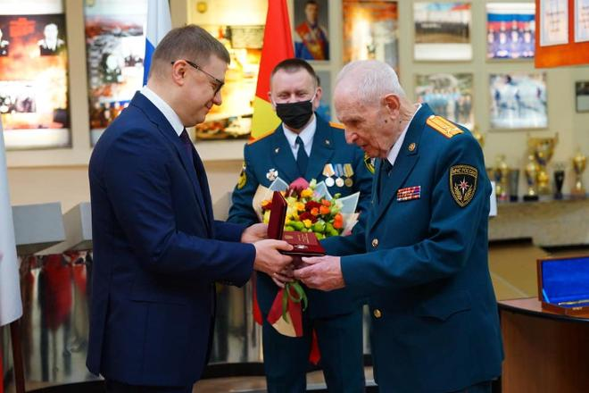 Алексей Текслер вручил госнаграду ветерану войны и пожарной охраны