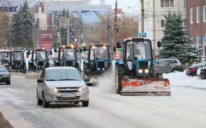 На улицах Челябинска идет уборка снега