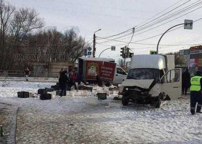 ВЧелябинске пенсионерки растащили мясо, колбасу ипельмени изаварийной «Газели»