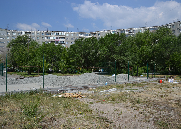 ВЛенинском районе Челябинска готовят коткрытию спортивную площадку